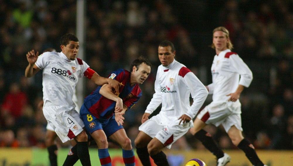 Dani Alves presiona a Iniesta durante un partido
