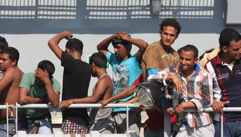 Una barcaza llega con 116 inmigrantes