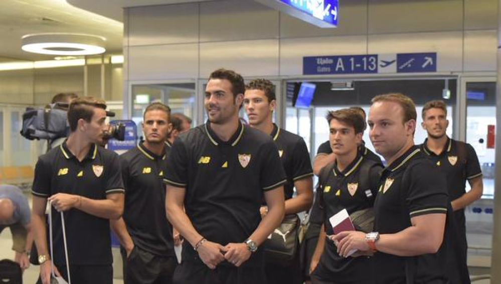 La plantilla del Sevilla, en el aeropuerto