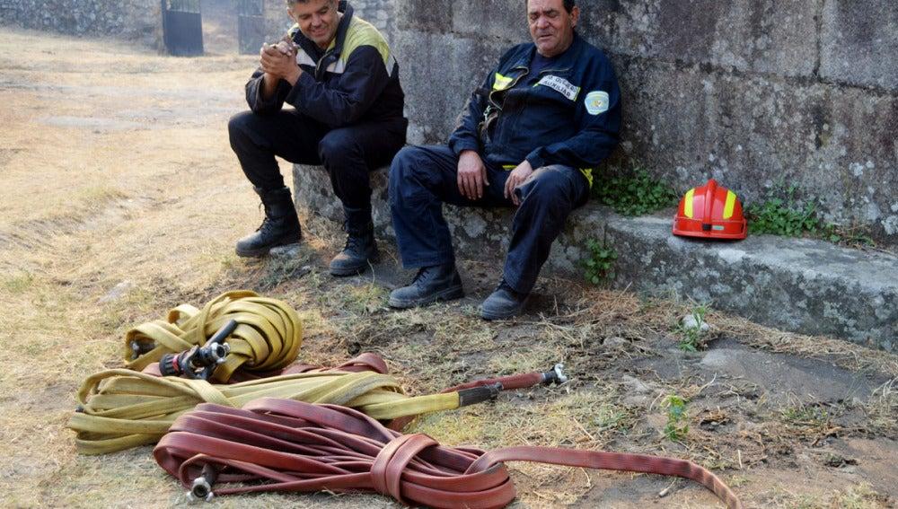 Efectivos de la lucha contra el fuego en Sierra de Gata