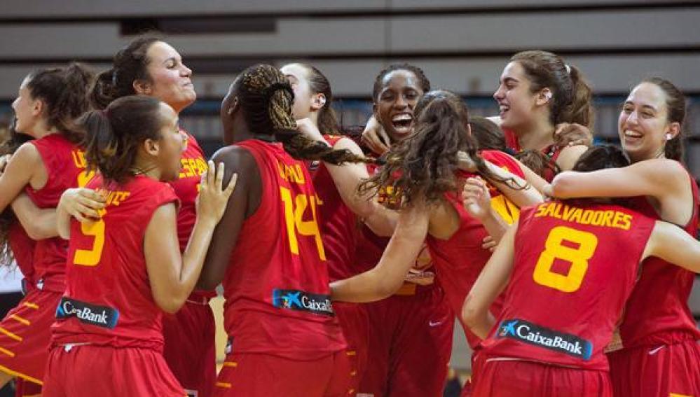 Las chicas de baloncesto celebran su victoria