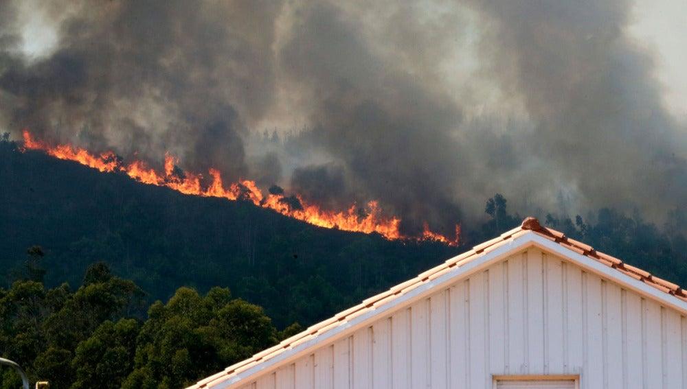 Frente de llamas en Tállara del incendio registrado en Lousame