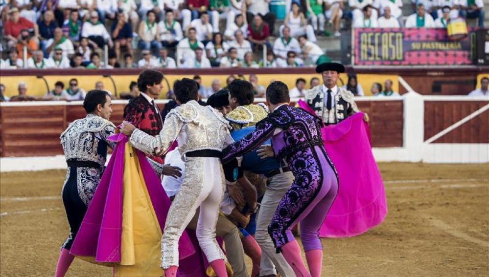 Momento de la cogida de Francisco Rivera en Huesca