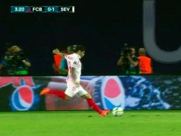 Banega dispara en el primer gol del Sevilla