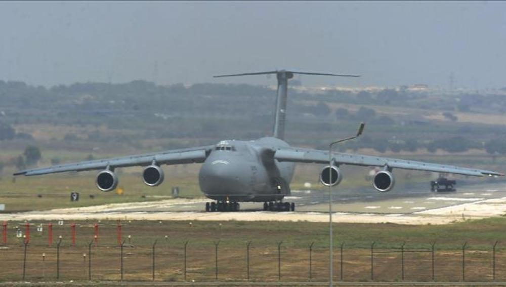 Un avión militar estadounidense C-5 Galaxy aterriza en la base aérea de Incirlik