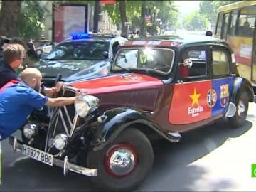 Aficionados del Barça empujando un coche