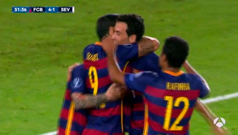 Suárez celebra su gol con sus compañeros