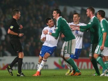 Javid Huseynov en un forcejeo durante un partido