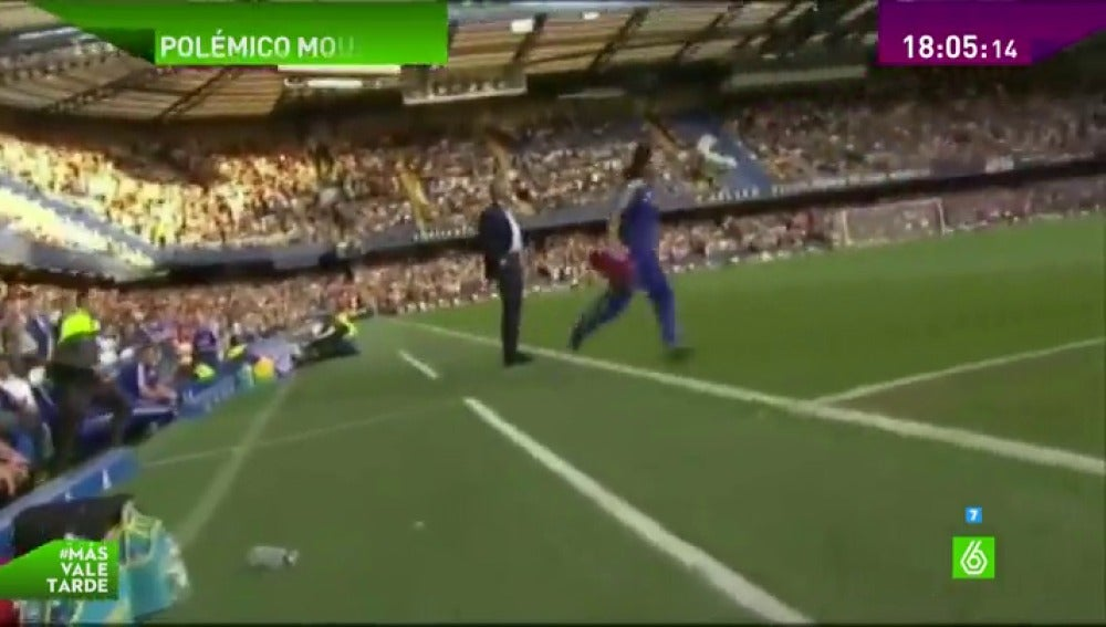 Frame 0.760972 de: Mourinho aparta del banquillo a la doctora Eva Carneiro