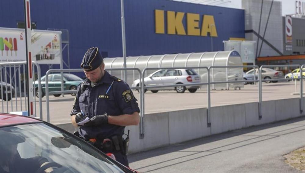 Policía en la tienda de Ikea donde ocurrieron los hechos.