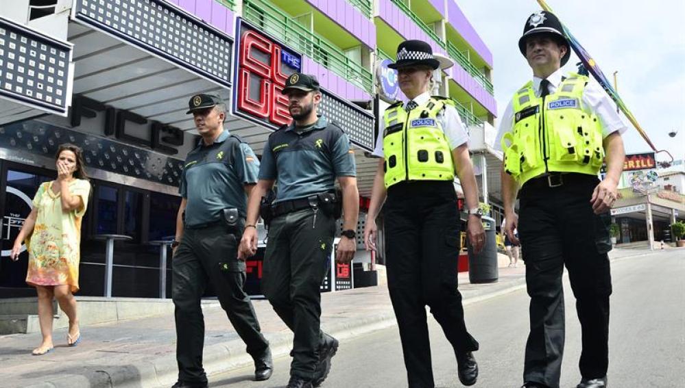 Los dos agentes británicos que han patrullado esta semana por Magaluf