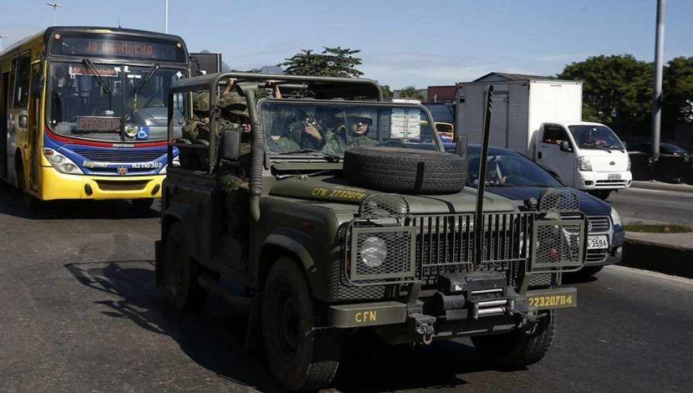 Un vehículo con miembros de la Policía Militarizada, circula por las calles de Brasil.