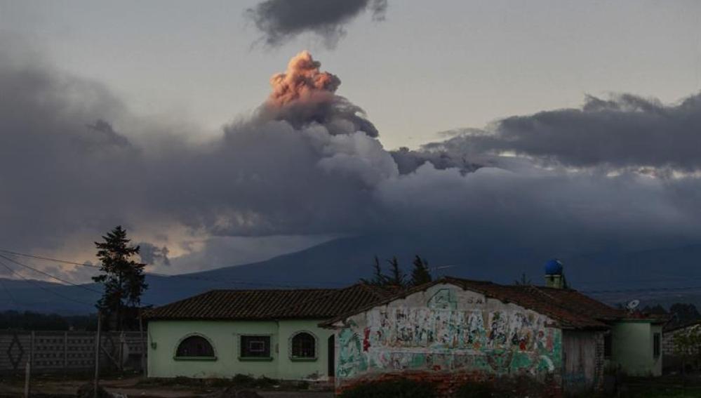 Vista de una explosión en el volcán Cotopaxi