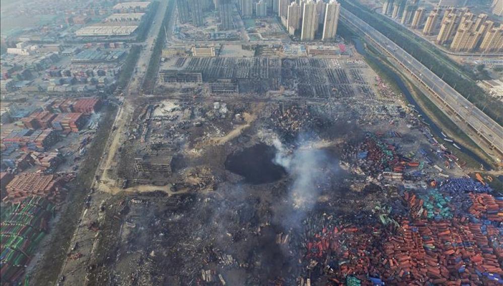 Vista aérea de un gran agujero en el suelo como consecuencia de la explosión