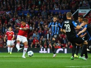 Depay golpea de rosca para adelantar al United