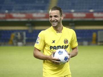 Soldado, sonriente en su presentación con el Villarreal