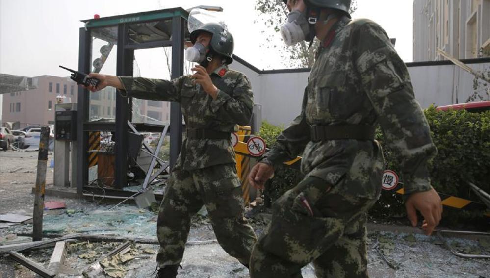 Policías chinos en los alrededores del lugar de la explosión en el puerto de Tianjin