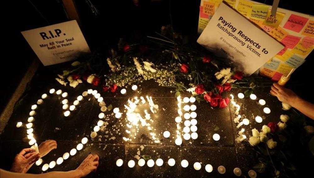 Ciudadanos tailandeses encienden velas en memoria de las víctimas
