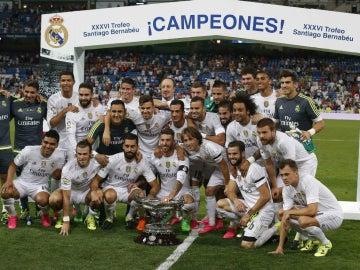 Los jugadores del Real Madrid posan con el Trofeo Bernabéu