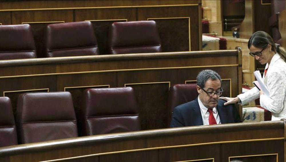 La diputada de Convergencia Democrática de Cataluña (CDC) Carme Sayós, saluda a Pere Macías