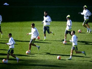 Los jugadores del Real Madrid entrenan con el balón
