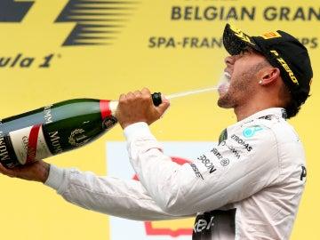 Hamilton saborea el champán