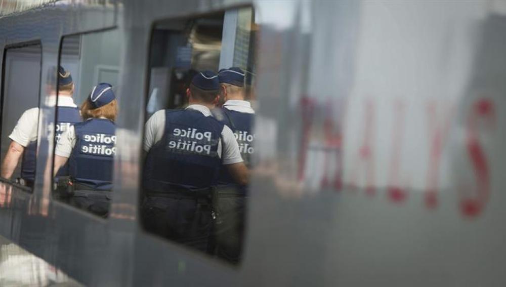Policía en el tren de Francia