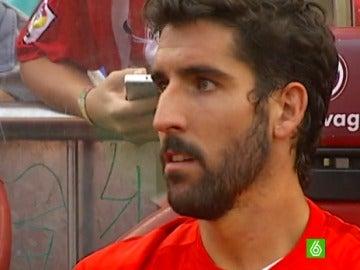 Raúl García, pensativo en el banquillo del Atlético de Madrid