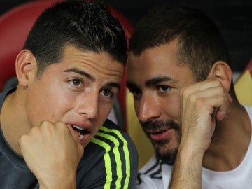 Benzema y James dialogan en el banquillo