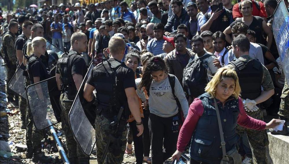 Miles de refugiados se concentran en la frontera de Macedonia y Grecia