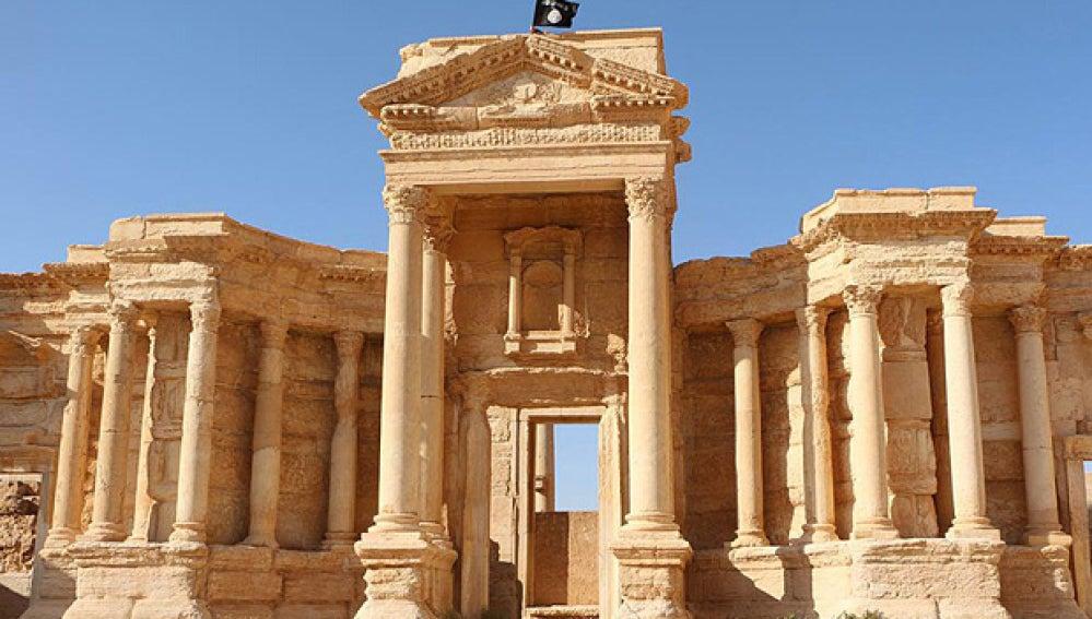Uno de los templos en Palmira coronado por una bandera del EI