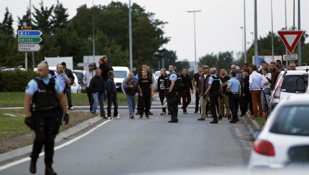 Oficiales de Policía cerca del campamento nómada francés donde se ha registrado el tiroteo.