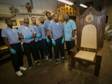Los presos posan con la silla papal