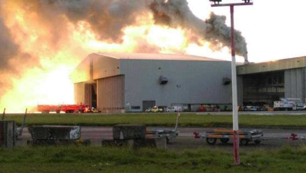 Imagen del incendio producido en una nave del aeropuerto de Dublín