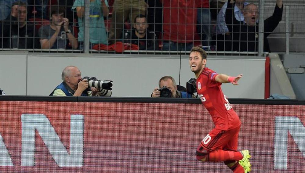 Hakan Calhanoglu del Leverkusen celebra su gol ante la Lazio