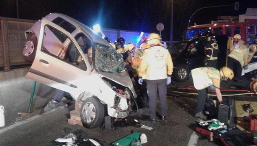 Efectivos del Samur atendiendo a los heridos tras una colisión frontal entre dos turismos sobre la M-30 de Madrid.