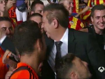 Peter Lim, con los aficionados del Valencia