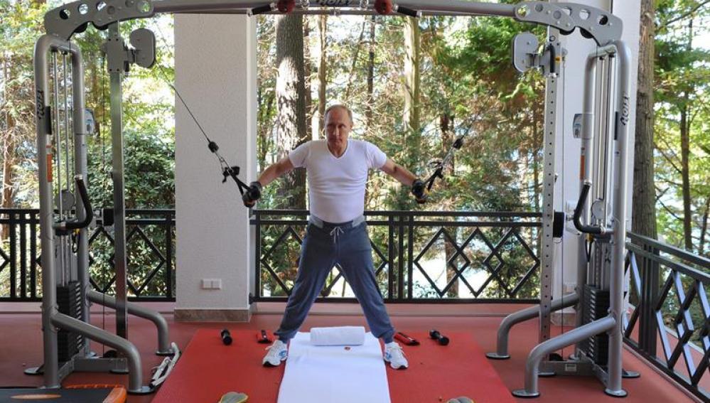Putin haciendo pesas en su residencia.