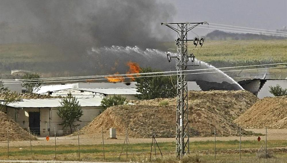 Bomberos de Zaragoza tratan de apagar el fuego