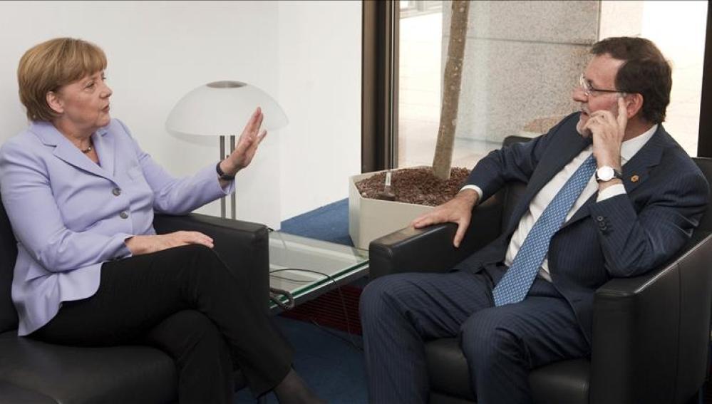 El presidente del Gobierno español Mariano Rajoy junto a la Canciller alemana Angela Merkel