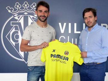 Adrián López posa con la camiseta del Villarreal