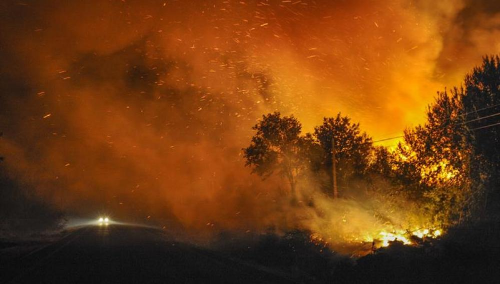 Vista general del incendio forestal, registrado en Cualedro