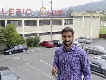 Raúl García posa delante de las oficinas de su nuevo club