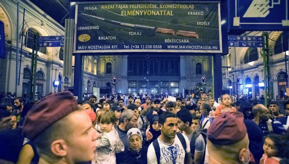 Inmigrantes esperan para subir al tren que les lleve a Alemania.