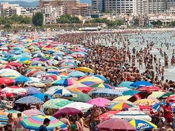 Playa llena de gente