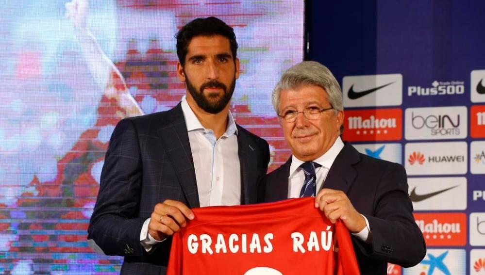 Raúl García junto a Enrique Cerezo en su despedida