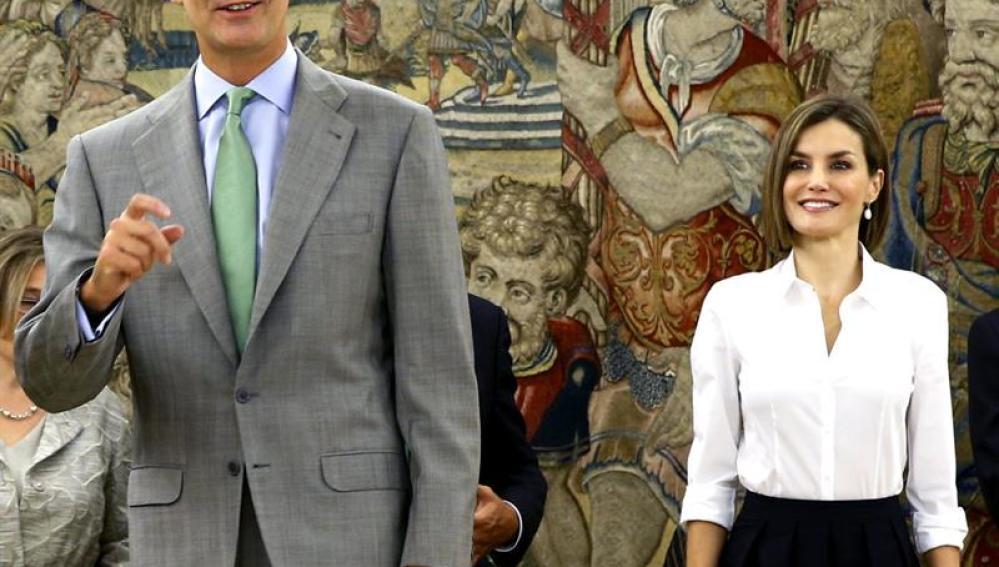 El rey Felipe VI junto a su esposa en su vuelta al trabajo tras las vacaciones estivales.