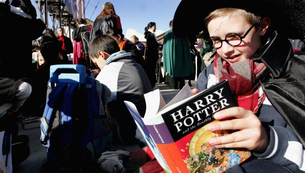 Un fan de 'Harry Potter' lee uno de los libros de la saga
