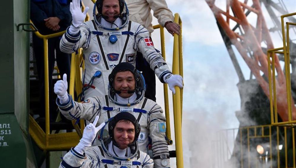 Los cosmonautas Aydyn Aimbetov, Sergei Volkov y Andreas Mogensen saludan antes del lanzamiento de la Soyuz