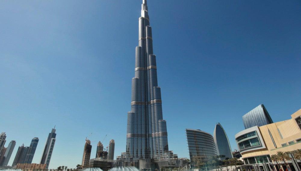 Imagen panorámica del rascacielos  Burj Khalifa de Dubai.